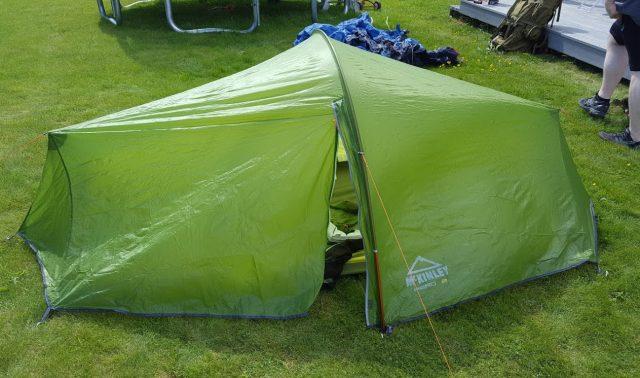 Første forsøk på å slå opp teltet.