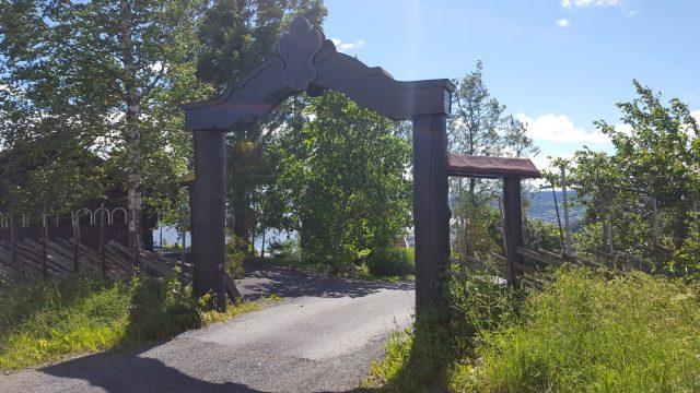 Porten til Tranberg gård, med Gjøvik i bakgrunnen.