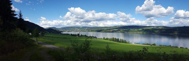 Utsikten mot Lillehammer fra åsen over Vingrom kirke.