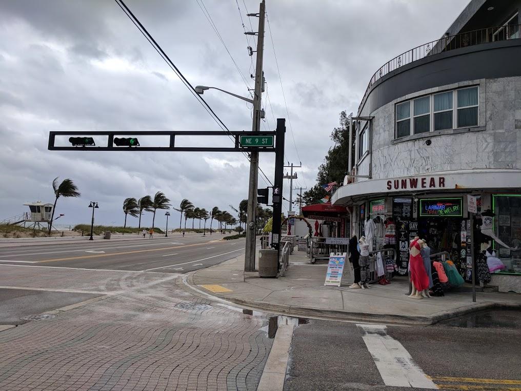Hovedgate med strand og palmer til venstre, souvenirbutikk til høyre.