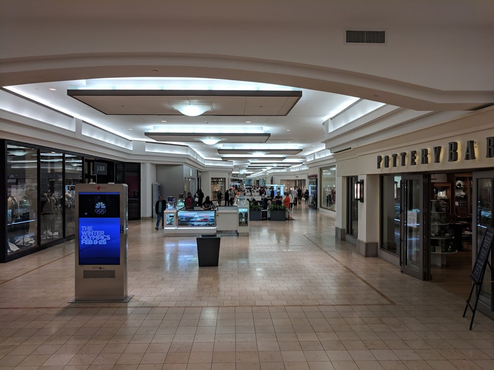 Bred korridor med mange butikker på hver side.